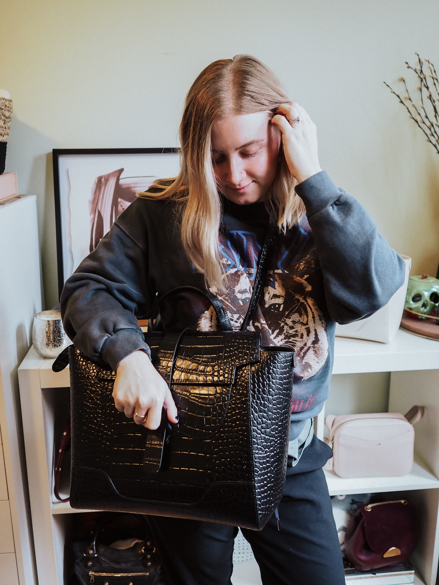 Find out if the Senreve Maestra bag is worth the price in this thorough Senreve review by Kelsey of Blondes and Bagels!