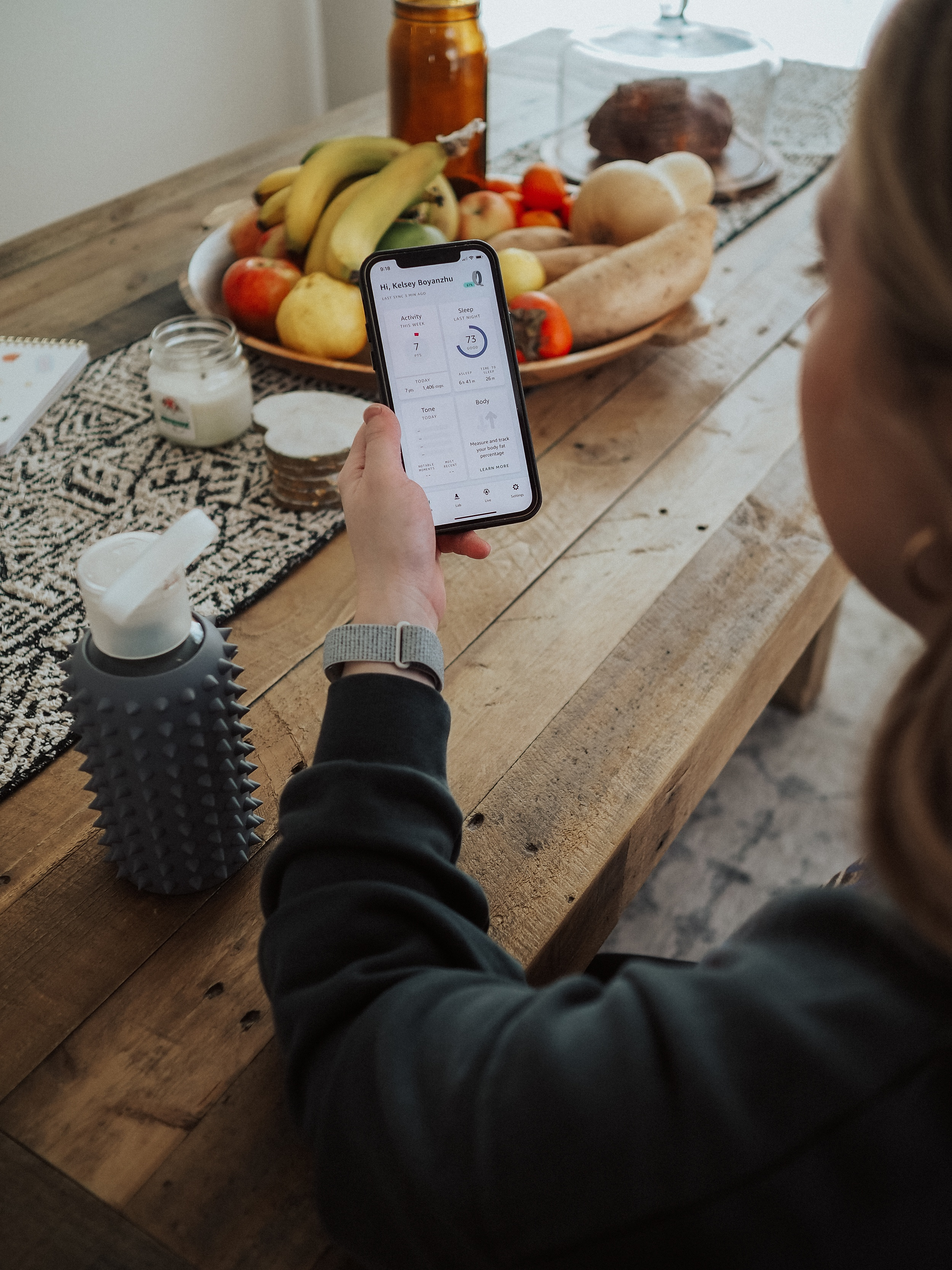 Kelsey from Blondes & Bagels talks about Amazon's latest fitness wearable in this Amazon Halo review! Find out if it's worth the price.