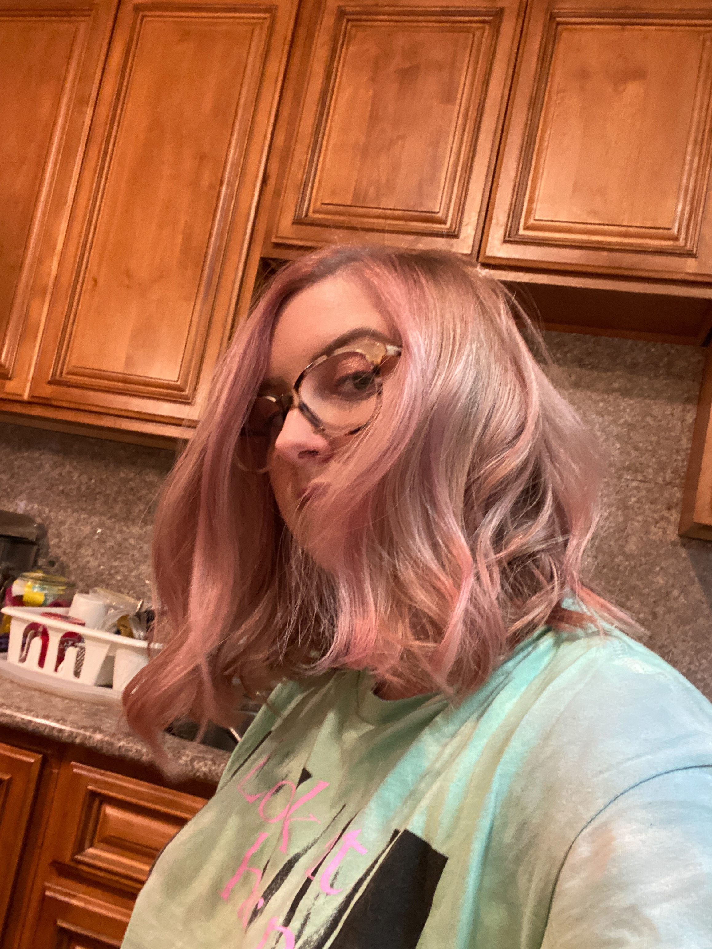 Get rose gold hair at home! Find out how to get perfect DIY rose gold hair with tips and tricks from Kelsey of Blondes & Bagels.